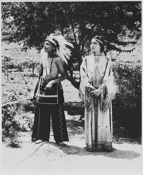 491px-Cherokee_boy_and_girl_in_costume_on_reservation,_North_Carolina,_06-1939_-_NARA_-_513344